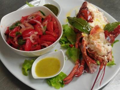 Astice alla catalana accompagnata da salsa alla menta e salsa al corallo