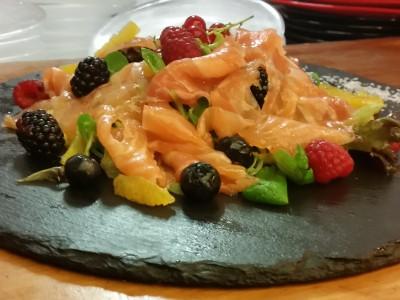 Carpaccio di salmone con insalatina e frutti di bosco