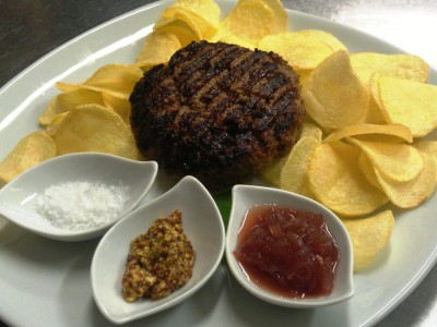 Hamburger di filetto di manzo alla griglia con chips e salsine