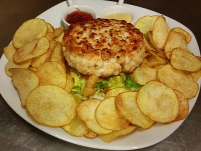 Hamburger di gamberi con chips e salsine