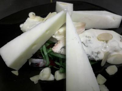 Pecorino, zola e scaglie di mandorle su insalatina al balsamico