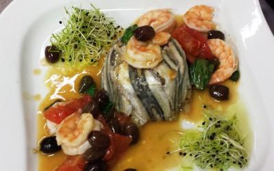 Tortino di alici con con casse di pomodoro, gamberetti e olive