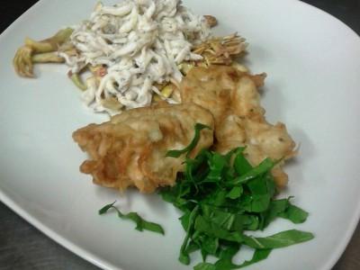 Gianchetti su insalatina di cuori di carciofi freschi e fiori fritti in tempura al curry