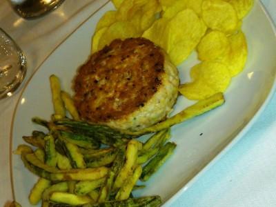 Hamburger di pesce con chips e filetti di zucchina fritti