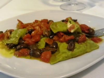 Ravioli di pasta alla menta ripieni di mozzarella di bufala e saltati con pomodorini, pesto e olive taggiasche