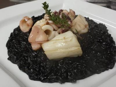 Risotto al nero di seppia con calamari freschi