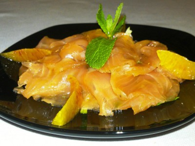 Salmone marinato con filetti di arancia su insalatina all'aceto di mele