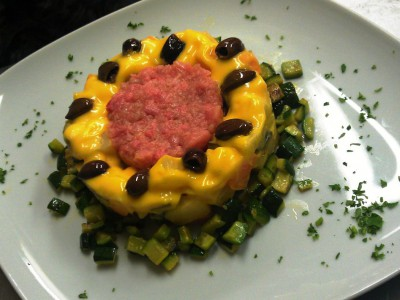 Tartare di filetto con insalatina russa casalinga e dadolata di zucchine spadellate