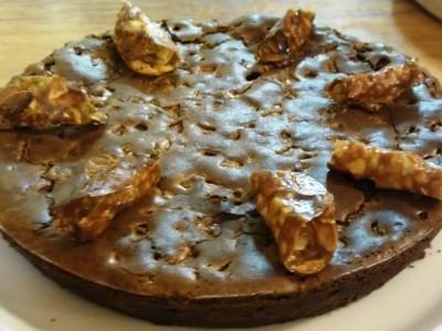 Torta cioccolato e pere guarnita con croccante