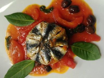 Tortino di sarde alle melanzane e mozzarella su filetto di pomodoro e olive taggiasche